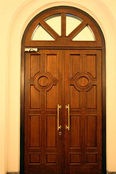 входные двери высокий проем стекло